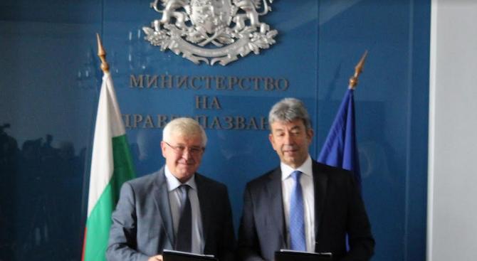 Министърът на здравеопазването Кирил Ананиев и Стоян Желев, представител на