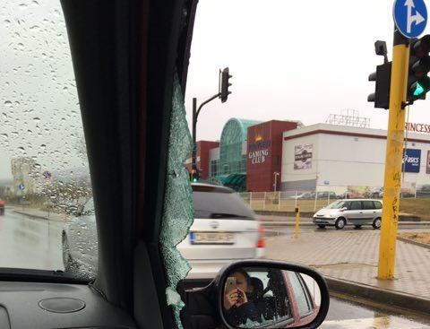 Шофьорът на този автомобил ни нападна днес на булевард Александър