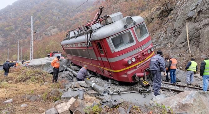 Второ денонощие продължава работата на аварийните екипи на Национална компания