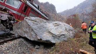 Влакът по линията Петрич - Благоевград дерайлира, пострадали са четирима (снимки)