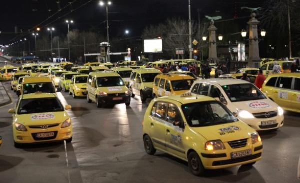 Летят последните празни таксита* ...