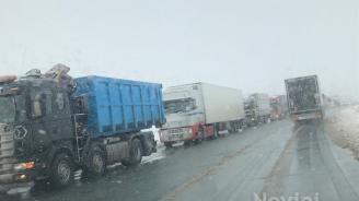 Стотици камиони блокирани на Дунав мост заради снега (обновена)