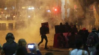 Откраднаха автомат от полицейска кола по време на протестите във Франция