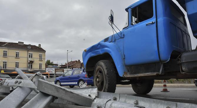 Шофьор загина, след като собственият му камион го прегази