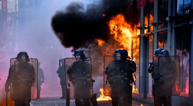 Френската власт обсъди адаптацията на полицията към протести