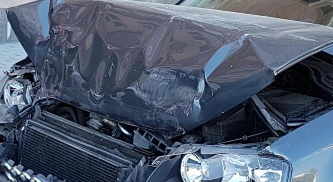 Кола се заби в бетонна стена в София, загина мъж, дете е в тежко състояние