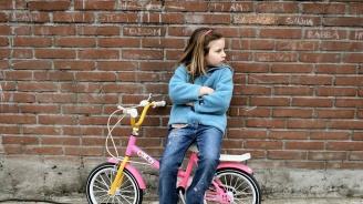Баща наказа 10-годишната си дъщеря да ходи 8 километра пеша до училище (видео)