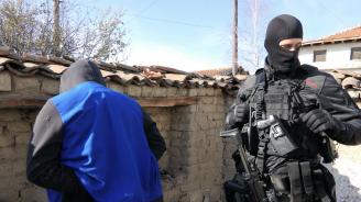 """Спецпрокуратурата иска """"задържане под стража"""" за двама от задържаните с огромно количество оръжие"""