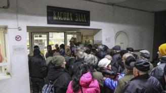 Пенсионери се редят на опашки за коледни добавки в Хасково (снимки)