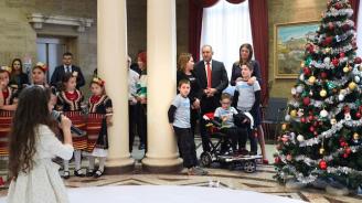 """Деца от """"Българската Коледа"""" украсиха елхата в президентството (снимки)"""