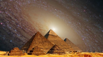 Двойка се снима гола на Хеопсовата пирамида