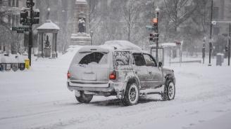 Силна снежна буря удари САЩ (видео)