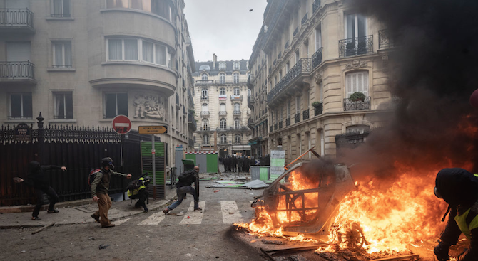 Властите в Париж осъдиха безредиците в столицата