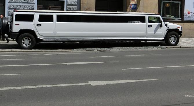 Изписаха бебе с 18-местна лимузина