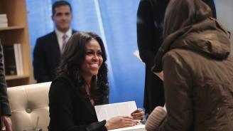 Мишел Обама отменя представянето на книгата си в Европа заради погребението на Буш-старши