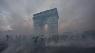 Емблематични забележителности станаха жертва на вандализъм след сблъсъците в Париж