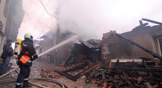 Пожар е унищожил и е нанесъл щети на няколко сгради във Велико Търново (снимки)