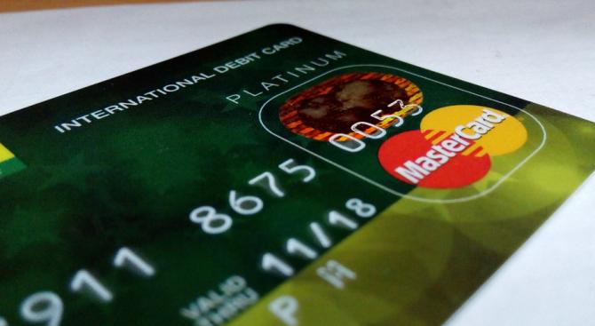 Условна присъда за мъж, плащал в сайт за залози с дебитните карти на гаджето си без нейно знание