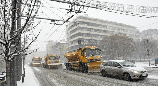 Летище София работи при зимни условия (галерия)