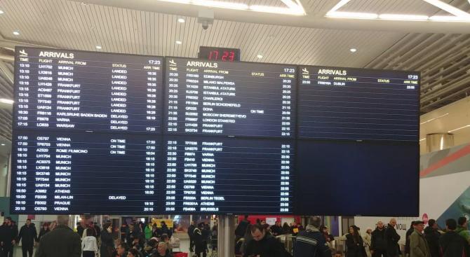 Хаос на летище София ( снимки)