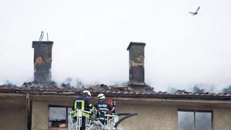 Пожар горя в таванско помещение на жилищна сграда в Благоевград (снимки)