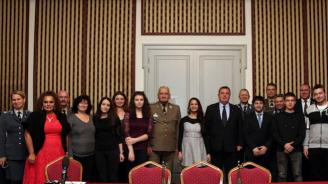 Красимир Каракачанов се срещна с децата на Българската армия