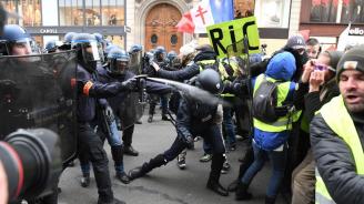 """Сблъсъци и сълзотворен газ в района на булевард """"Шан-з-Елизе"""""""