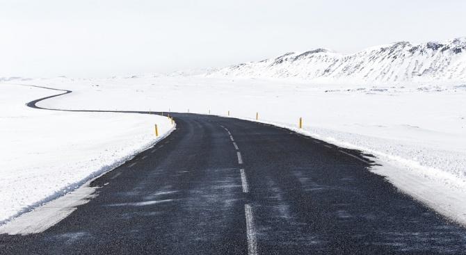 Усложнена е пътната обстановка през прохода Предел заради обилен снеговалеж.