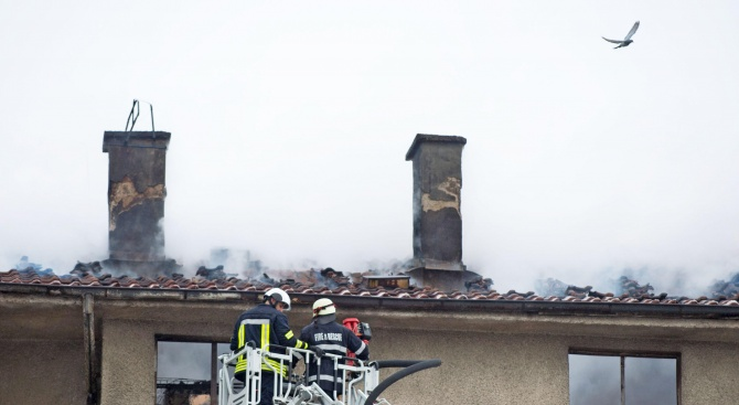 Три противопожарни автомобила и техните екипи потушаваха лумнали пламъци в