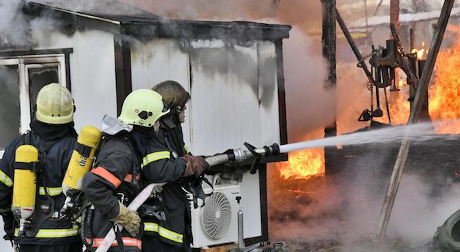 Пожар е нанесъл сериозни щети на няколко жилищни сгради в