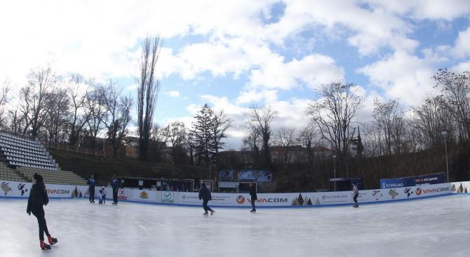 Министърът на младежта и спорта Красен Кралев откри ледената пързалка