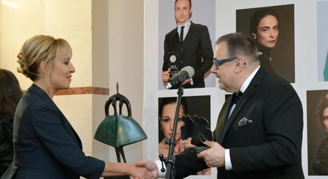 """Мая Манолова получи специалното отличие """"Модна икона"""" от Академията за мода (снимки)"""
