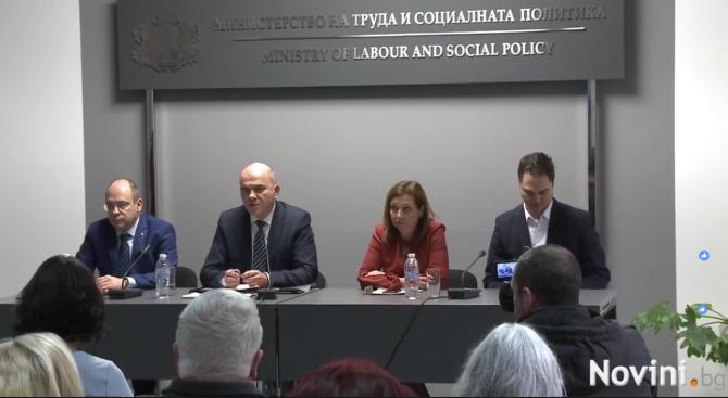 Министър Бисер Петков с подробности за финансовата помощ, която ще получават хората с увреждания от 1 януари (видео)