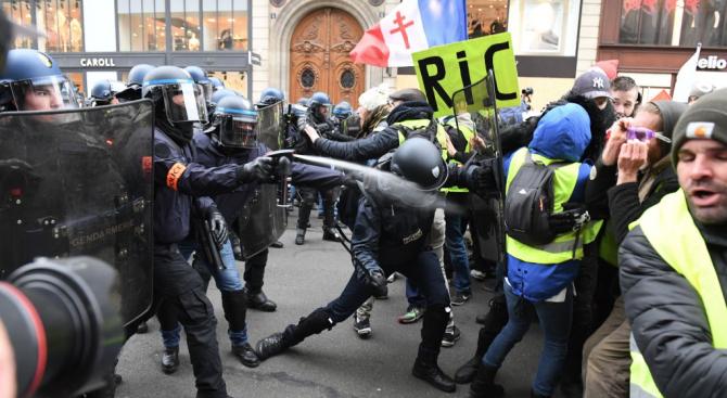 Осемдесет и пет души бяха задържани в Париж в петия