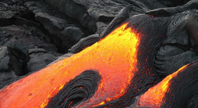 Вулканът Сопутан на индонезийския остров Сулавеси, изригна днес, изпращайки във