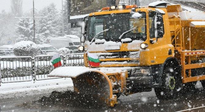 Във връзка с валежите от сняг в София започнаха обработки