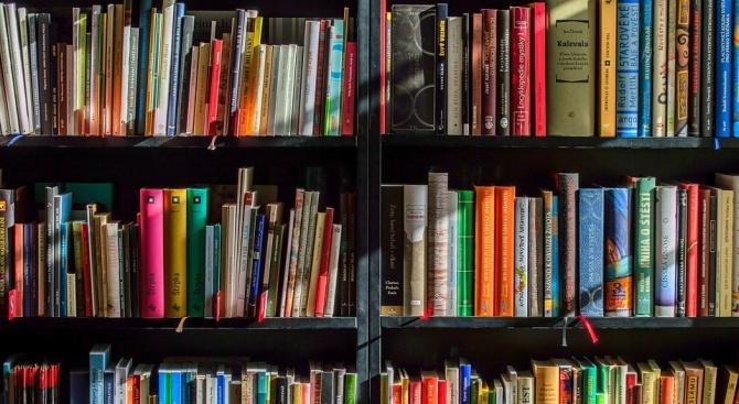 """Литературен клуб """"Перото"""" вече има своя книжарница, открита в последния"""