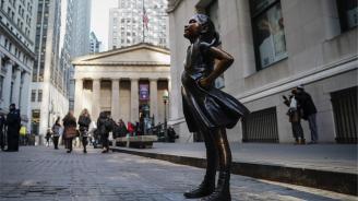 """Преместиха статуята """"Безстрашното момиче"""" на новото ѝ място (снимки)"""