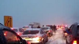 Хора играха хоро на магистралата, чакайки да изчистят пътя (видео)