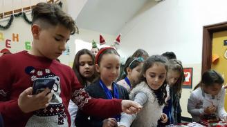 Деца от Варна организираха благотворителен базар за болен съученик (снимки)