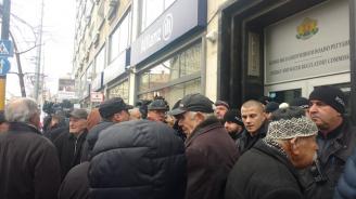 Сблъсъци пред сградата на КЕВР, протестиращи искат оставката на Иван Иванов