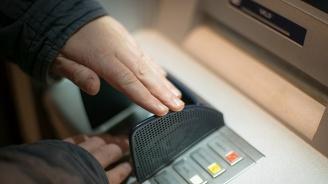 Тийнейджъри задигнаха портфейл и източиха дебитна карта