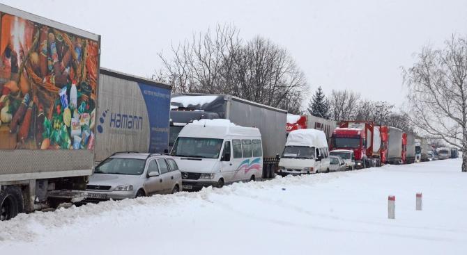 Шофьори на тежкотоварни камиони се оплакаха, че от часове са