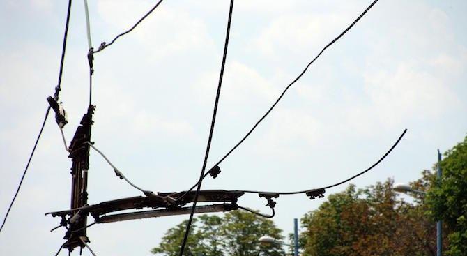 Тролейбусни жици се стовариха върху лек автомобил на оживена улица