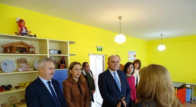 Вицепремиерът Марияна Николова и министърът на труда и социалната политика