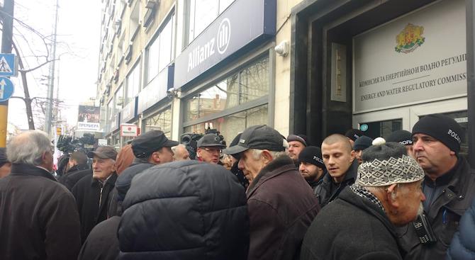 Протестиращи са излезли на протест пред сградата на КЕВР, за