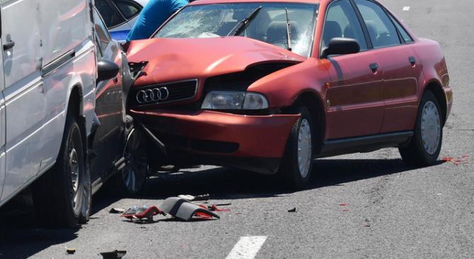 """19-годишен младеж е пострадал при катастрофа на бул. """"Трети март""""."""