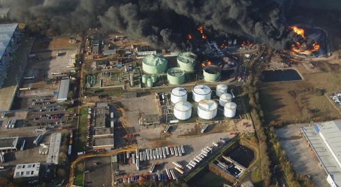 Голям пожар в петролна рафинерия в Рио де Жанейро
