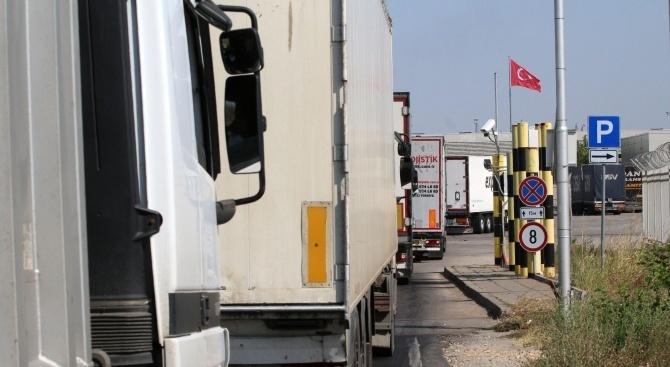 """Интензивен е трафикът за товарни автомобили на пунктовете """"Калотина"""", """"Кулата"""""""