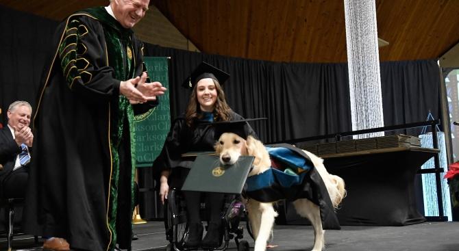 Голдън ретривърът Грифин получи почетна диплома от американски университет, защото